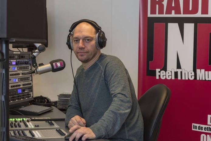 Marcel Aarts in zijn domein: de studio van landelijke radiozender JND in Best. foto Jeroen Hendriks/fotomeulenhof