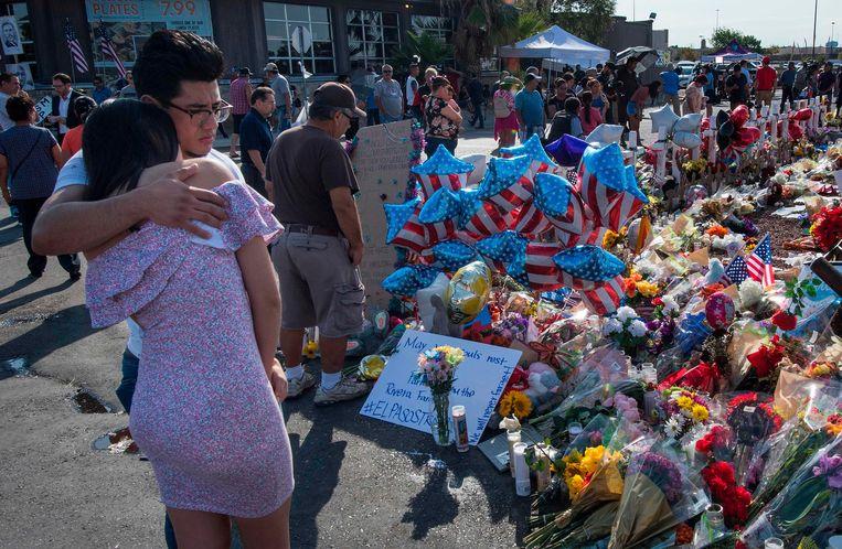 Inwoners uit El Paso zoeken steun bij elkaar.