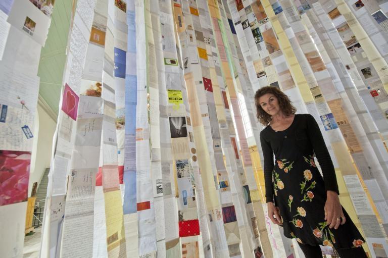 Beeldend kunstenares Theodora Plas in haar brievenhuis Letters of love, een installatie in de kerk in Noordwelle. foto Dirk-Jan Gjeltema