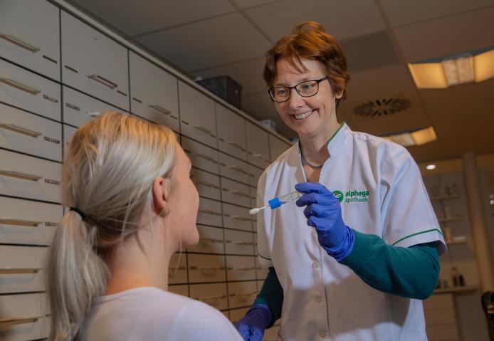 Apotheker Linda Nederhoed neemt een dna-test af