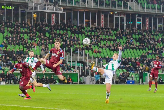 Het slotoffensief van Vitesse. Nouha Dicko (links) en Thomas Buitink proberen de gelijkmaker te forceren, Bart van Hintum verdedigt (rechts) voor FC Groningen.