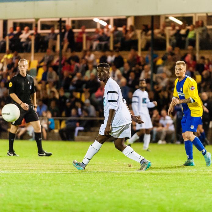 Jordy Pas (rechts) van Internos kijkt een schot achterna. Links kijkt Kivuku Wakandama van Unitas'30 de bal na.