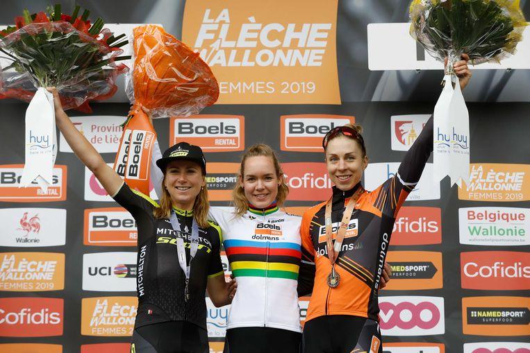 Winnares Anna van der Breggen viert haar overwinning met Annemiekvan Vleuten (L) en Annika Langvad (R) tijdens de wielerklassieker de Waalse Pijl. Beeld ANP