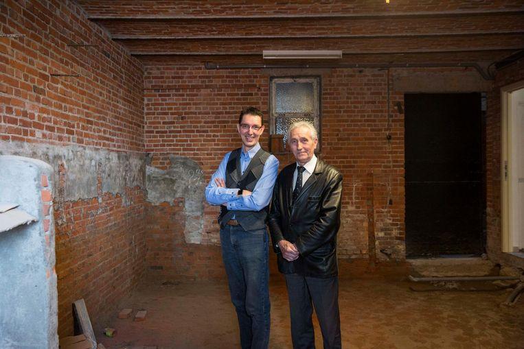 Olivier Vanderlinden en Willy Smeets in de oude stallen van da familie Vanderlinden, waar Olivier zijn stokerij zal onderbrengen.