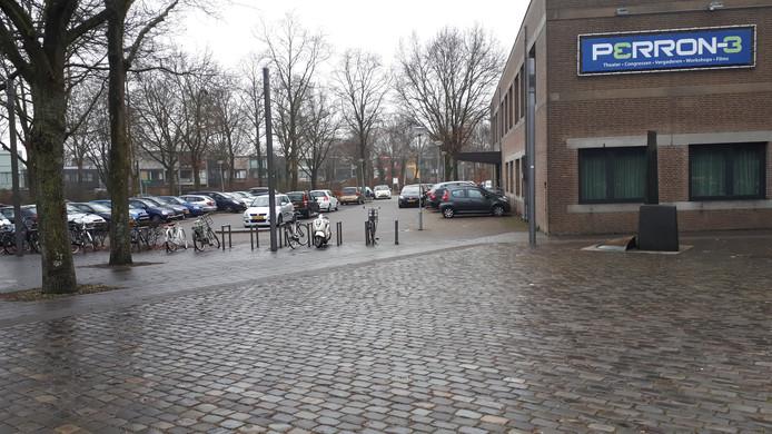 Dagelijks volle parkeerplaatsen naast Perron-3.