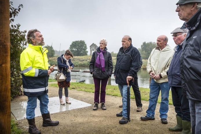 Ron Lambregts van waterschap Brabantse Delta geeft tekst en uitleg tijdens een wandeling bij Benedensas. foto tonny presser/pix4profs