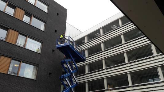 Bewoners van Park Eemwijk in Den Bosch kregen vrijdag en zaterdag op hoogte bezoek van familieleden in een hoogwerker.