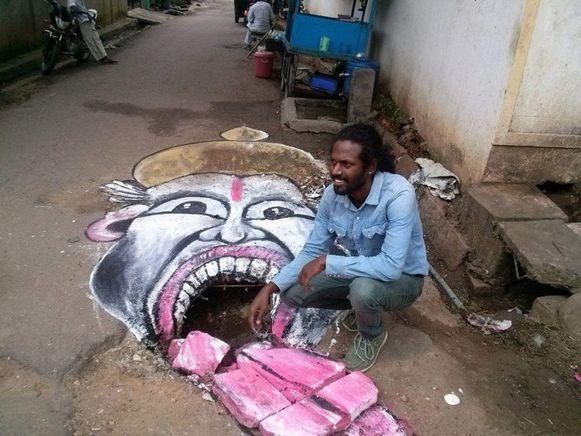 Straatartiest Baadal Nanjundaswamy transformeerde eerder al gaten tot reuzeportretten.