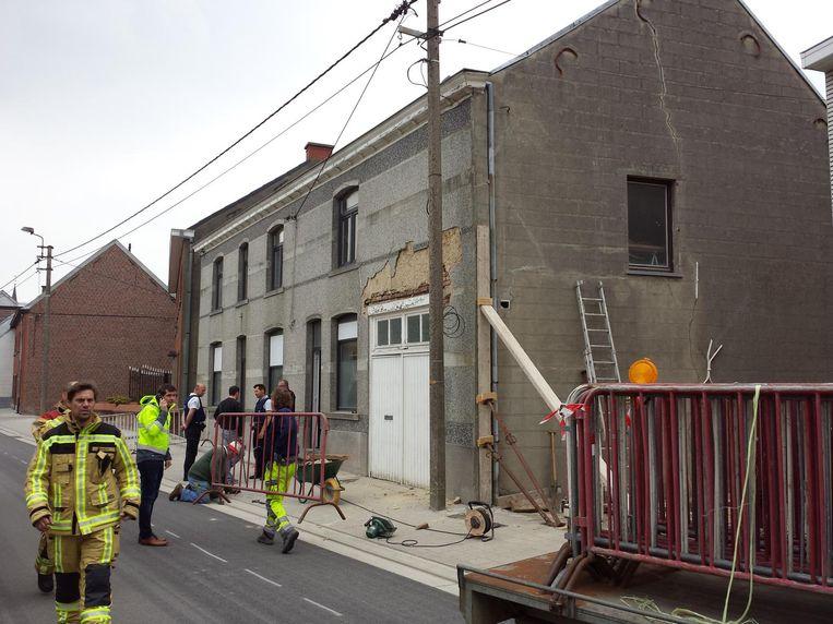 De brandweer kwam ter plaatse om de woning te stutten.