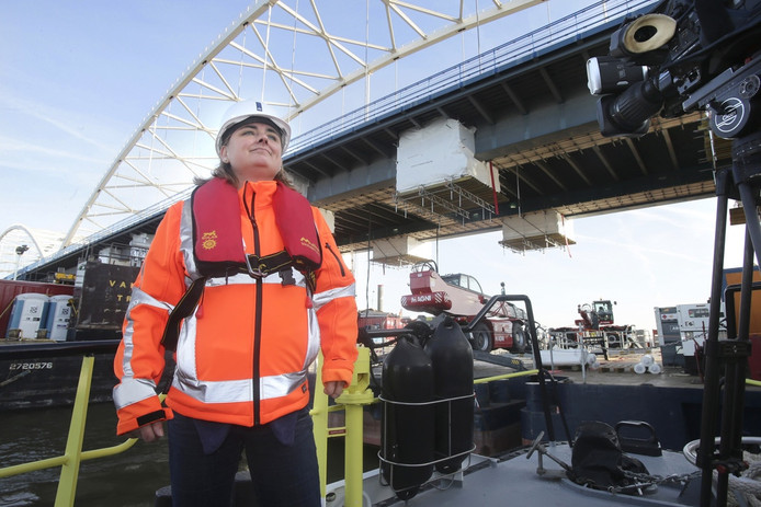 Bianca Janssen van Rijkswaterstaat onder de Merwedebrug waar gisteren het echte werk begon.