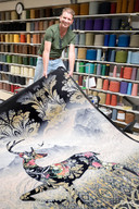 Pedro van de Ven van Carpet Making  met een geprint tapijt.