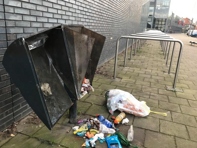 Gesloopte prullenbak aan het Jozef Israëlsplein in Dordrecht.