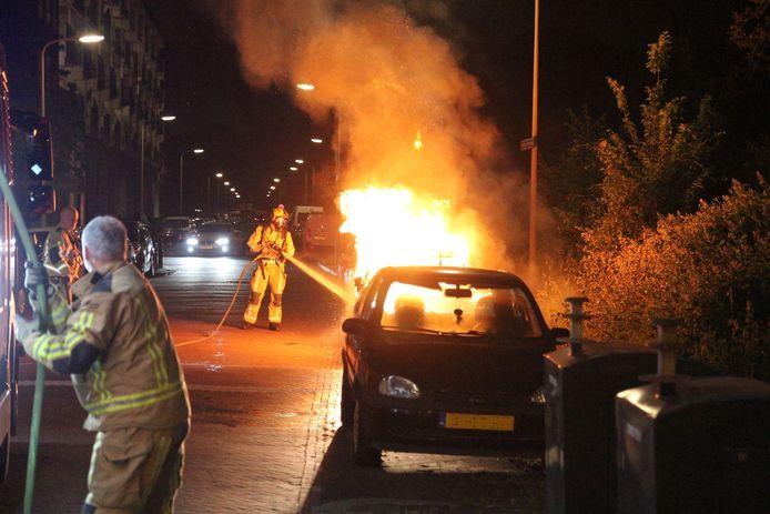 Het luide getoeter van de brandende auto hield de buurt rondom de Middachtenweg wakker. Vermoedelijk is de geparkeerde auto in brand gestoken.