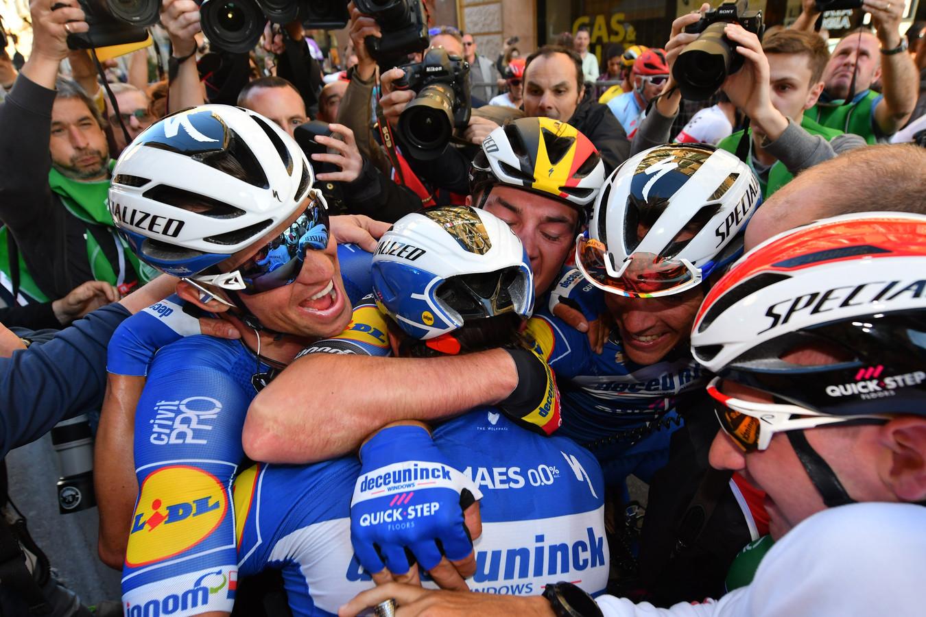 Vreugde in de gelederen van Quick-Step. Het was zaterdag het geval in Milaan - San Remo, waar Julian Alaphilippe werd bedolven door teamgenoten, zoals het dit seizoen al 18 keer eerder  feest was.