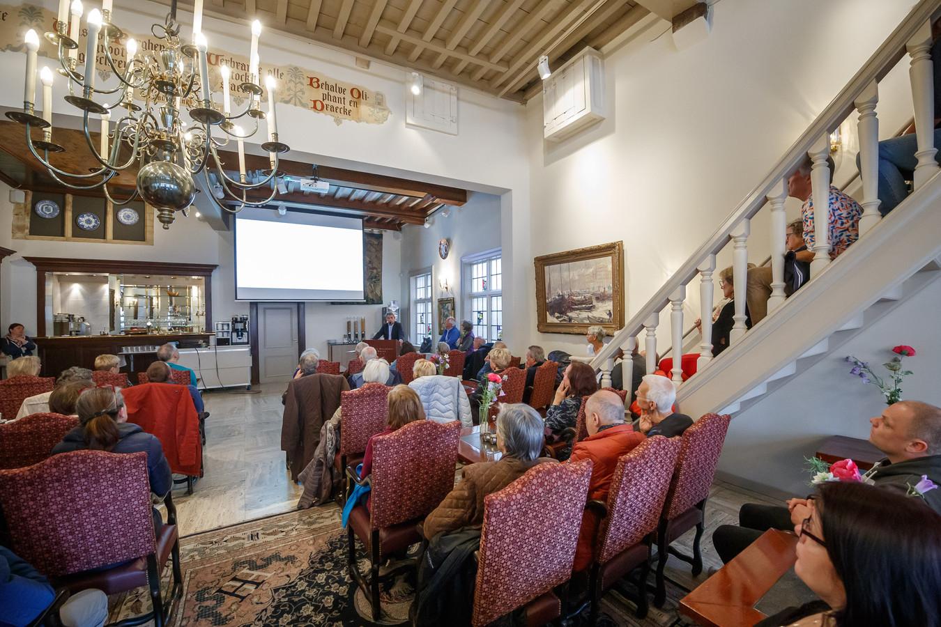 Lex Lensink vertelt tijdens Open Joodse Huizen over de bijzondere oorlogsgeschiedenis van hotel De Draak in Bergen op Zoom. De trap doet dienst als tribune.
