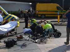 Auto schept fietser Beatrixlaan, slachtoffer ernstig gewond