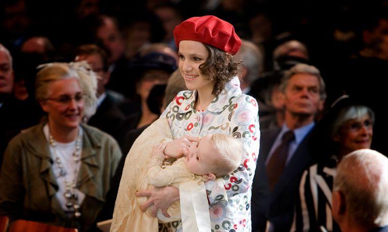 In 2007 draagt Inés Zorreguieta prinses Ariane binnen tijdens haar doop in de Kloosterkerk in Den Haag. Beeld Capital Photos