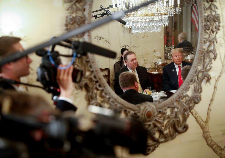President Trump en minister van buitenlandse zaken Pompeo aan het ontbijt met secretaris-generaal Stoltenberg van de Navo (niet in beeld), in Brussel.  Beeld AP