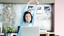 Simpele yogaoefeningen om rugpijn achter je bureau te voorkomen