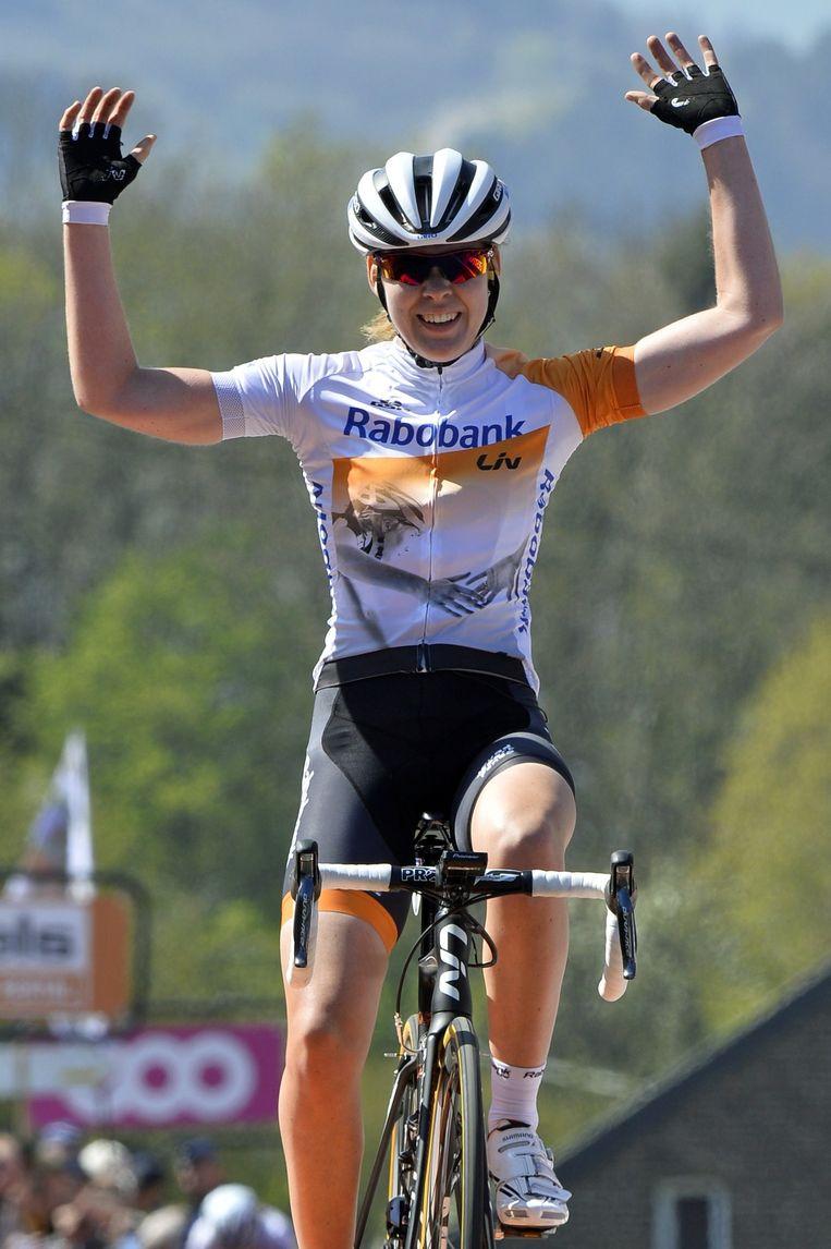 Anna van der Breggen juicht op het moment dat ze de finish over rijdt van de Waalse Pijl. Beeld afp