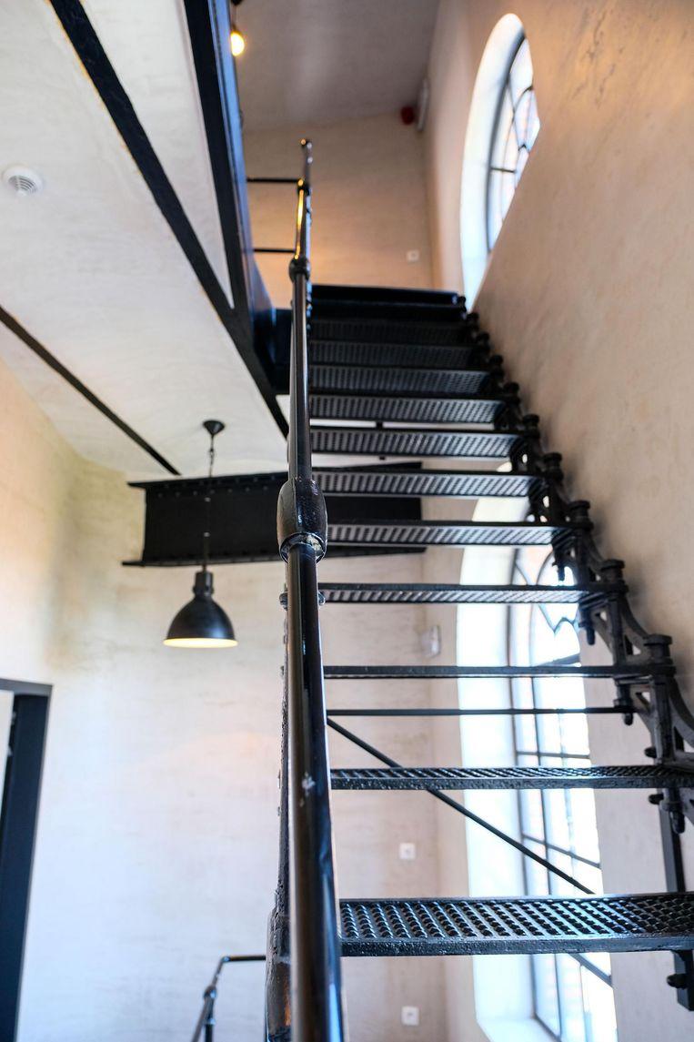 Ook de originele, gietijzeren trap tussen de 4 verdiepingen werd behouden.