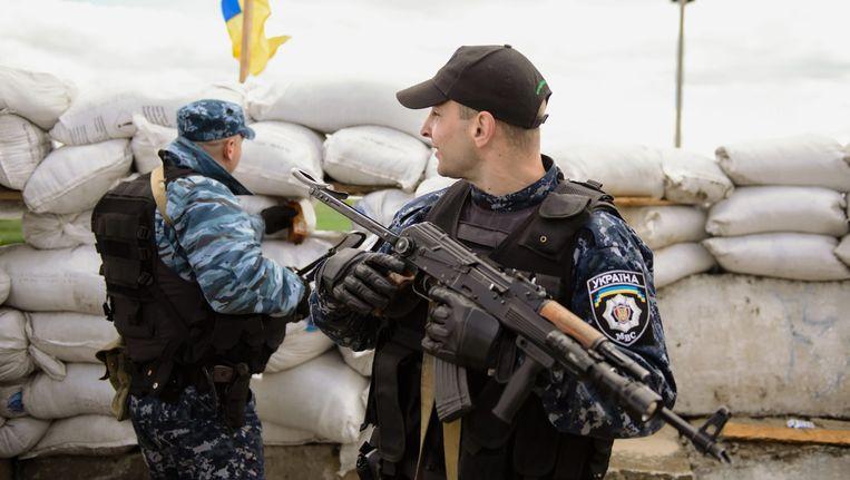 Gewapende Oekraïense soldaten houden de wacht in Kharkiv.