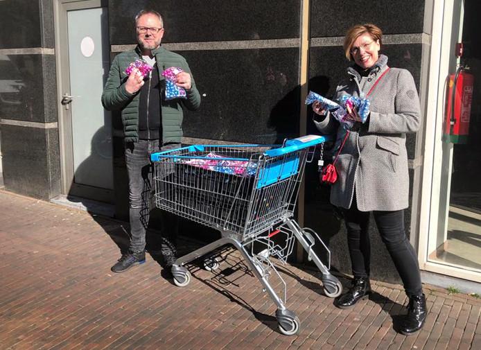 Maurice Haverkamp en Kitty Buijtendijk reikten namens het Centrummanagement Schiedam paaseitjes uit.