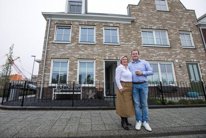 Jeroen van de Horst en Mariëlla voor hun woning aan de Zuidlaardermeer.