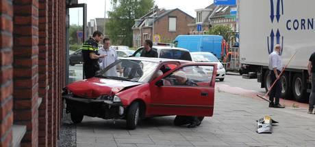 Vrouw rijdt met auto tegen muur in Tiel