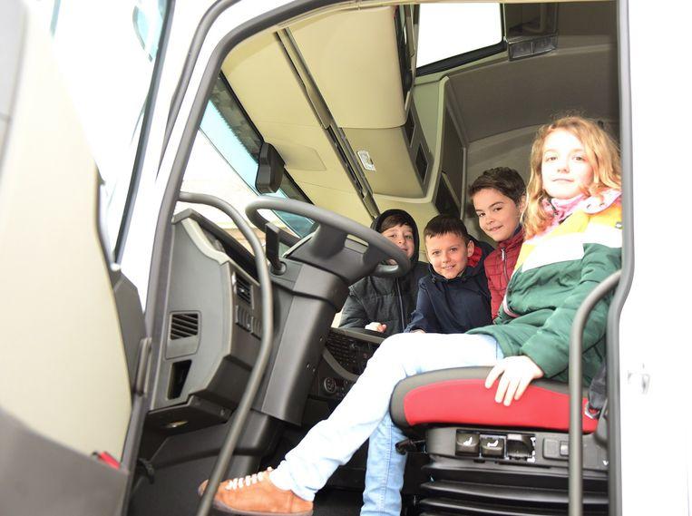 Geike, Joppe, Robbe en Nand mochten even in de truck zitten.