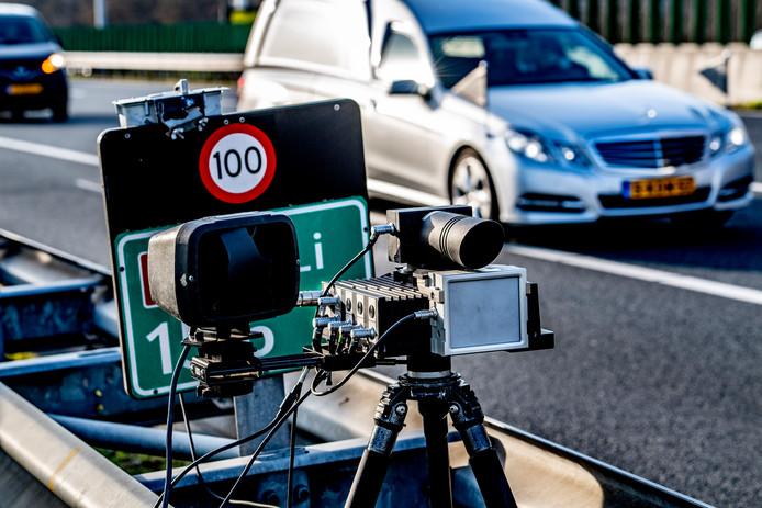 Een snelheidscontrole op een snelweg waar maximaal 100 kilometer per uur mag worden gereden.
