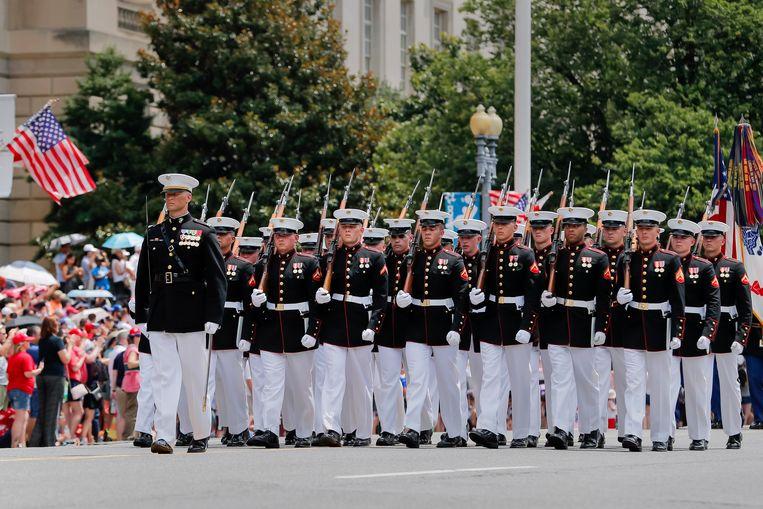 Leden van het  US Marine Corps marcheren bij de zopas gestarte parade.