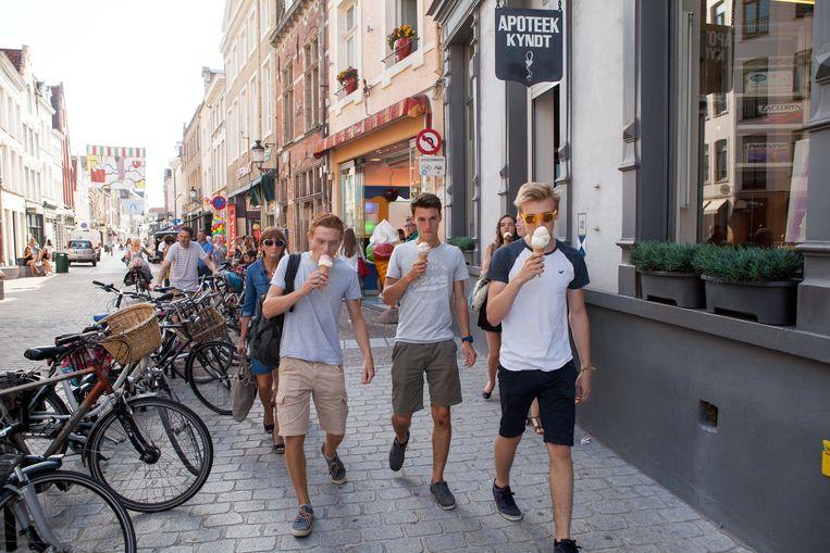 Het wordt een hele week erg warm in Brugge en de stad wapent zich ertegen.