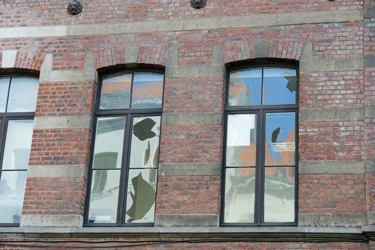 rellen in Anderlecht: ramen van politiebureau naast gemeentehuis