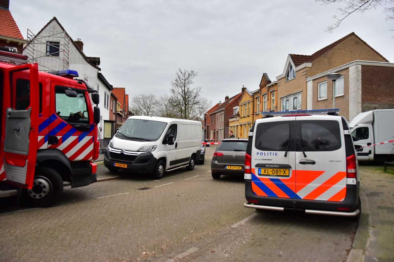 Politie doet inval in een woning in de Voorstraat in Roosendaal.