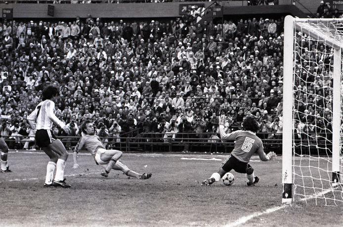 Bij 1-1 schiet Rob Rensenbrink vlak voor tijd de bal tegen de paal in de WK-finale tegen Argentinië.