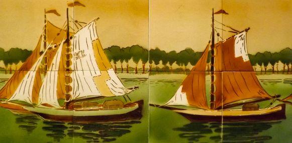 Enkele tegelpanelen rond het maritieme thema worden tentoongesteld.