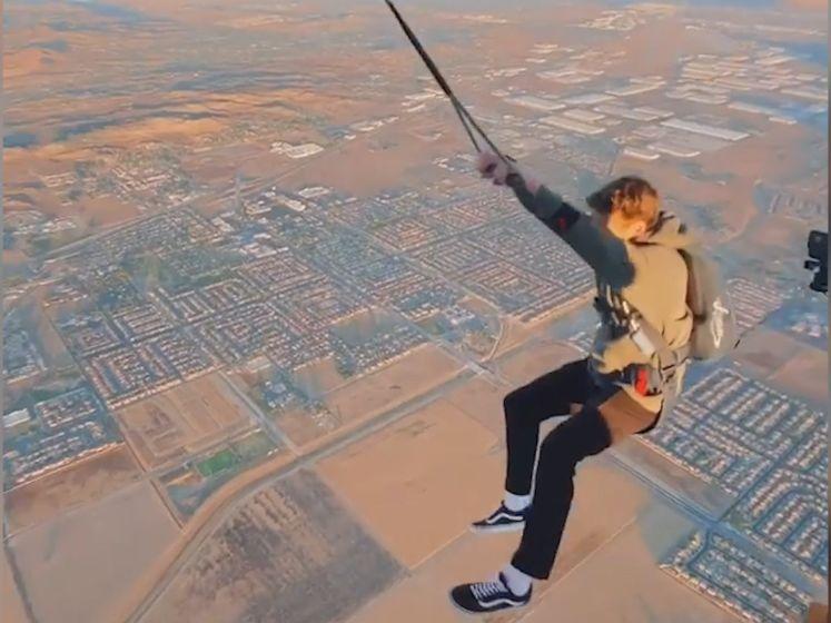 Skydiver springt uit ballon en slingert boven Californië
