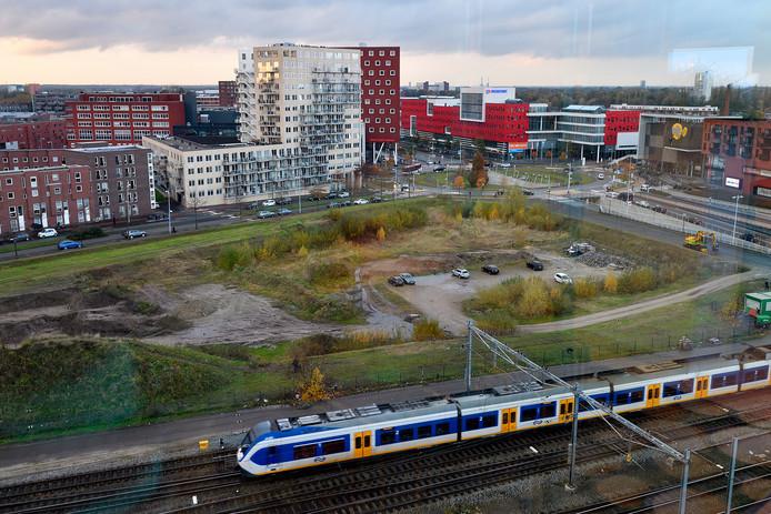 Het stadhuis komt op het Trapeziumterrein: het braakliggend gebied tussen het spoor en De Nieuwe Poort.