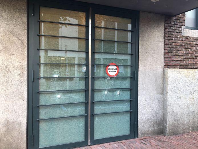 In een magazijndeur werden kogelgaten aantroffen.