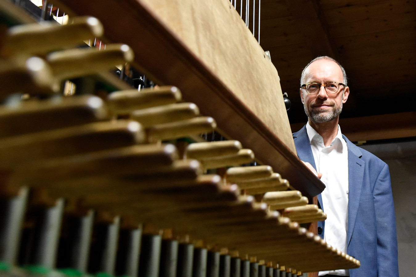 Stadsbeiaardier Henk Verhoef begon 25 jaar geleden op een carillon helemaal bovenin de toren. Hij is blij dat dit verplaatst is naar de andere klokken.