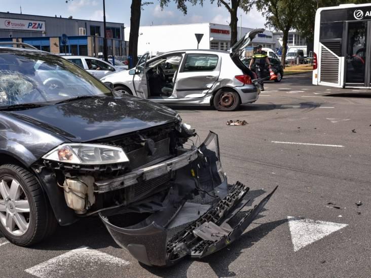 Gewonde bij botsing tussen twee auto's op kruising in Tilburg