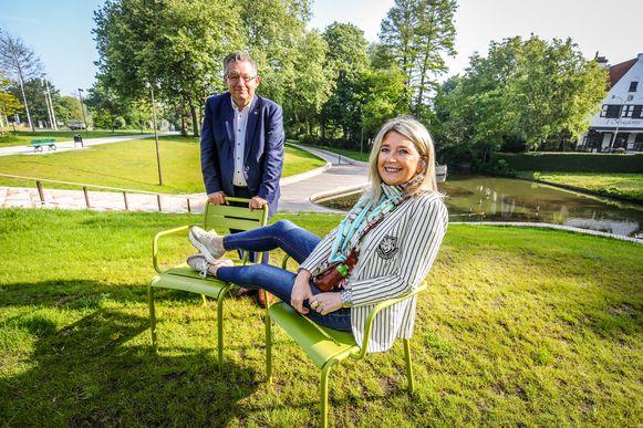 Schepen Mercedes Van Volcem en burgemeester Dirk De fauw op de groene parkstoeltjes. Ze zijn enthousiast over de geplande investeringen.