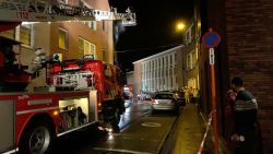 Frituurpan vat vuur terwijl 17-jarig meisje op zusje (4) past: appartement brandt uit