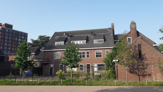Het zusterhuis/Luzac College aan de Heezerweg in Eindhoven, aan de achterkant.