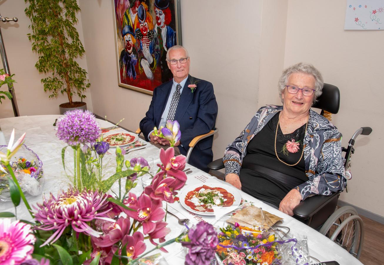 Dick en Willy van den Hof vieren hun 60-jarig huwelijk met een etentje in zorgcentrum Malderburch.
