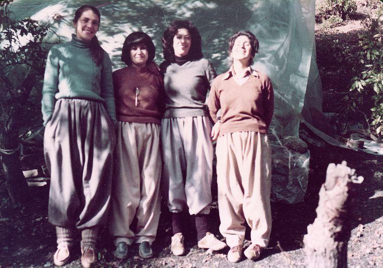 Vier peshmergastrijdsters, begin jaren tachtig. Tweede van links is Beri's moeder. Beeld   Familiearchief