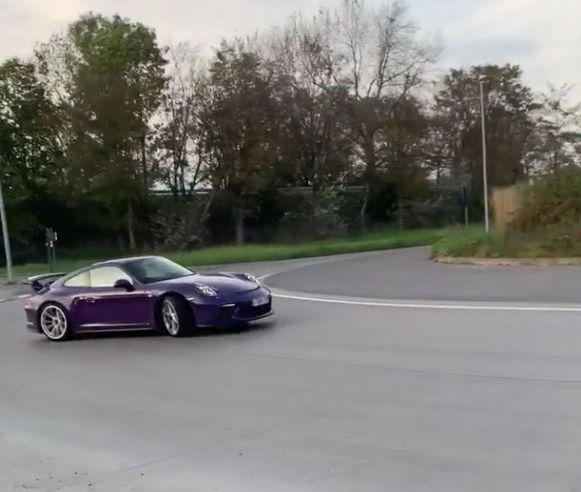 De paarse Porsche dook voor het eerst driftend op aan de rotonde van Poco Loco in Roeselare.