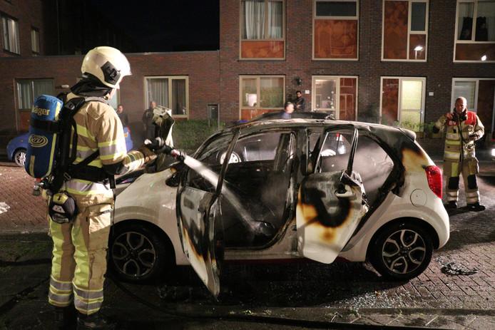 De brandweer kon niet voorkomen dat de auto helemaal uitbrandde.