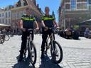 Politieagenten Gerben van der Heiden (links) en Peter Teekman (rechts) draaien een extra dienst in Zutphen.